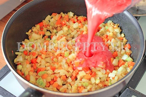 Добавляем соус из помидоров