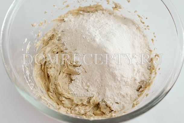 Добавляем муку с солью и разрыхлителем