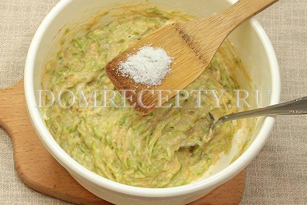 Перемешиваем тесто и добавляем соль