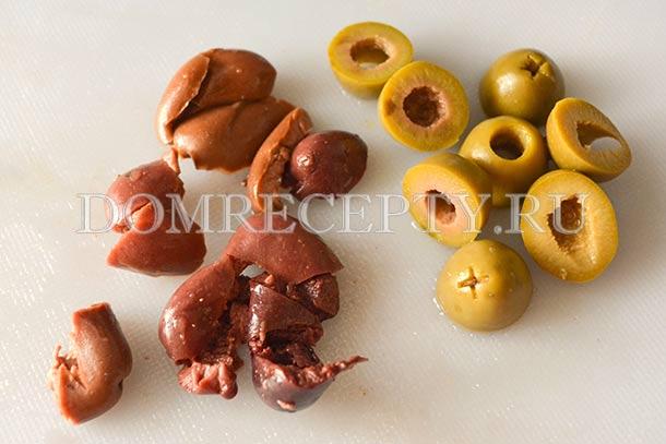 Нарезаем маслины и оливки