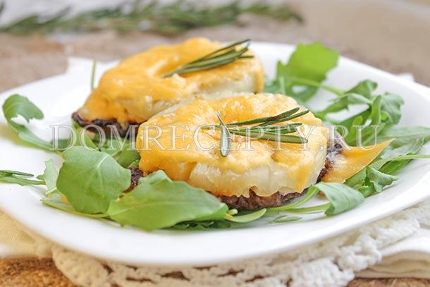Свинина с ананасами и сыром, приготовленная в духовке