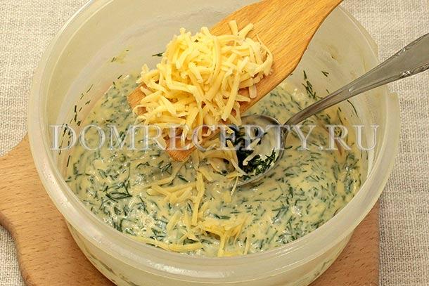 Добавляем половину натертого сыра