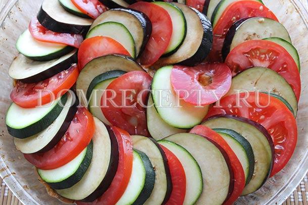 Выкладываем на соус баклажаны, цукини и помидоры