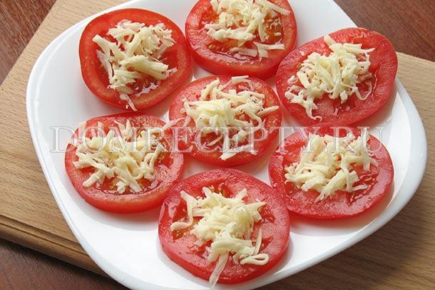 Посыпаем кружочки из помидоров сыром
