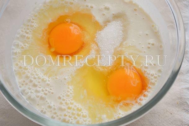 Добавляем яйца, ванилин и сахар