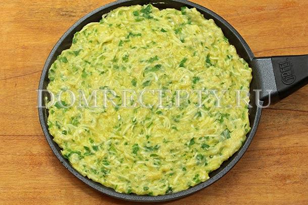 Распределяем кабачковое тесто по сковороде