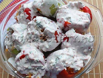 Шаг 7 - Укладываем перцы в форму, заливаем соусом
