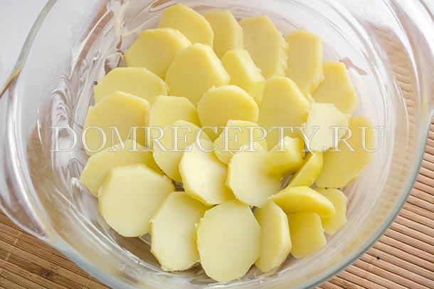 Укладываем в форму картофель
