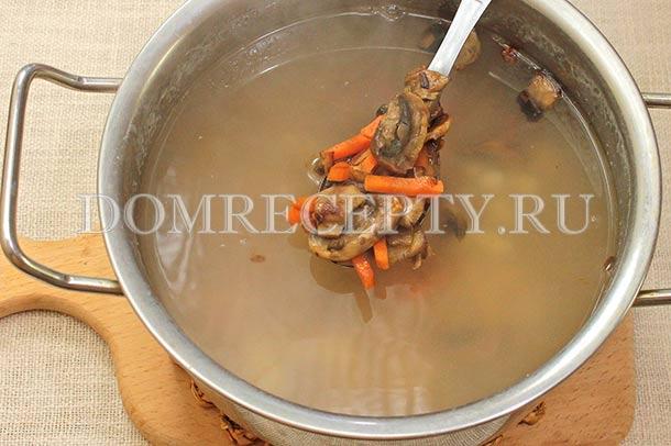Перекладываем в суп грибную поджарку