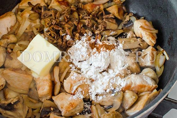 Добавляем грибы, сливочное масло, муку и мускатный орех