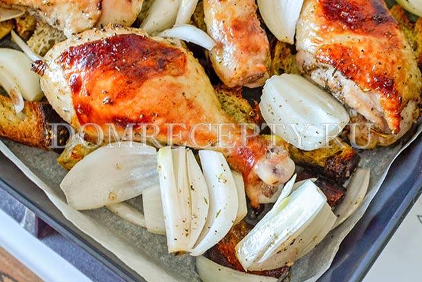 К подрумянившейся курице добавляем лук