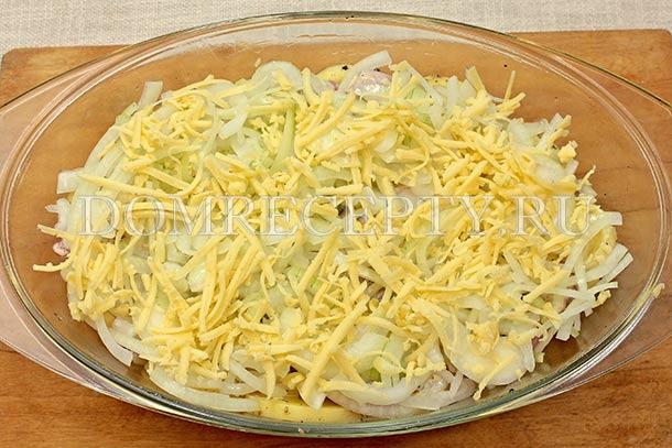 Распределяем лук и тертый сыр