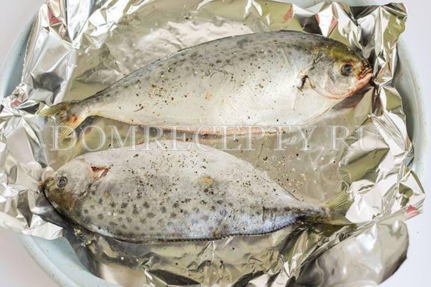 Выкладываем рыбу на противень, застеленный фольгой