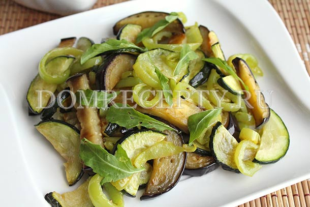 Теплый салат из баклажанов с цукини и перцем