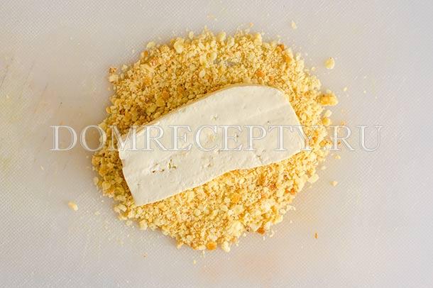 Обваливаем тофу в панировочных сухарях