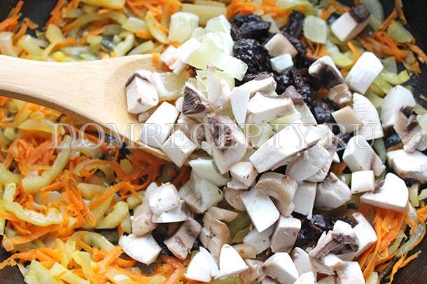 Добавляем грибы, лимон и чернослив к овощам