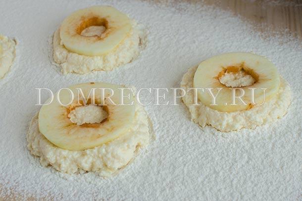 Укладываем яблоки на творожную массу