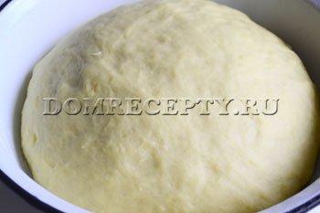 Убираем тесто в теплое место, ждем увеличения объема в 2 раза