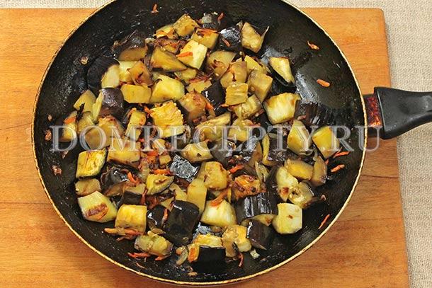 Обжариваем баклажаны с овощами