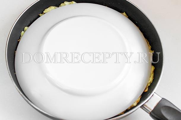 Накрываем запеканку тарелкой