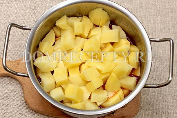 Выкладываем картошку в кастрюлю с жарким