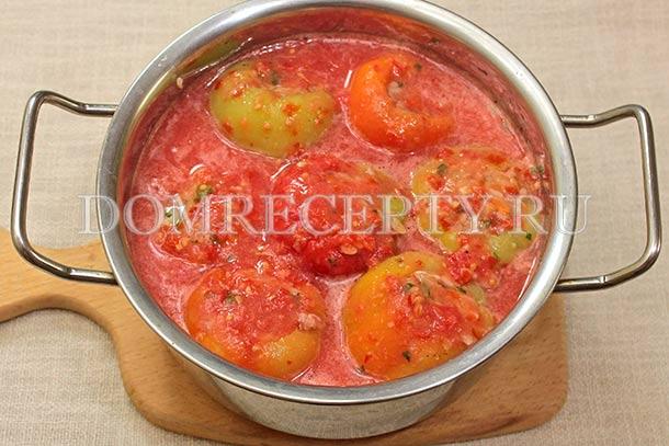 Заливаем перцы томатным соусом