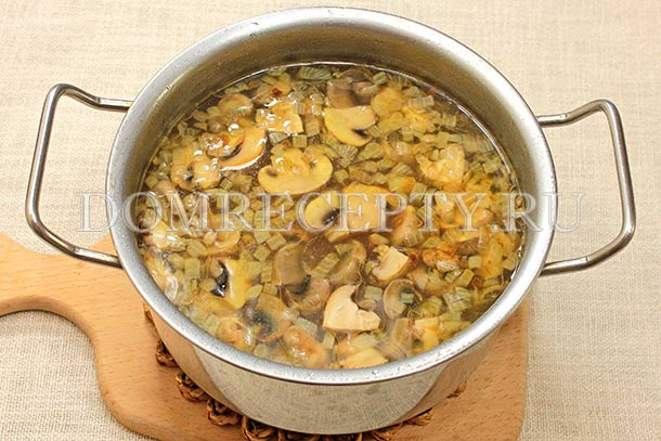 Варим грибной суп до мягкости шампиньонов