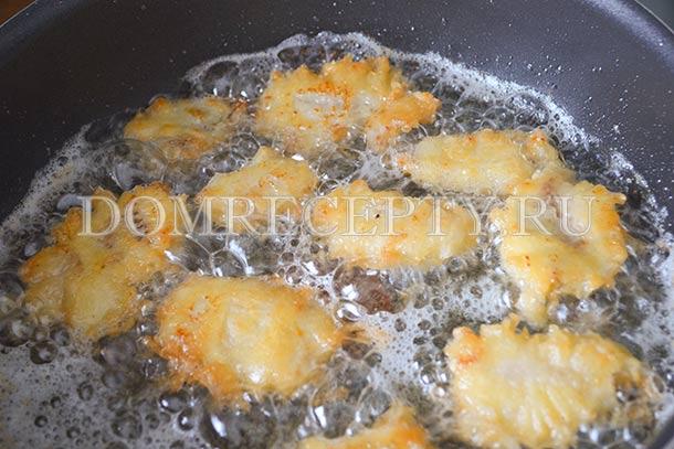 Обжариваем рыбу с двух сторон
