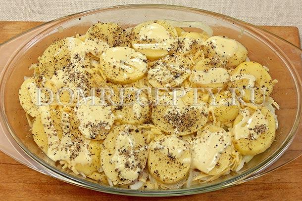 Выкладываем слой картофеля и добавляем майонез