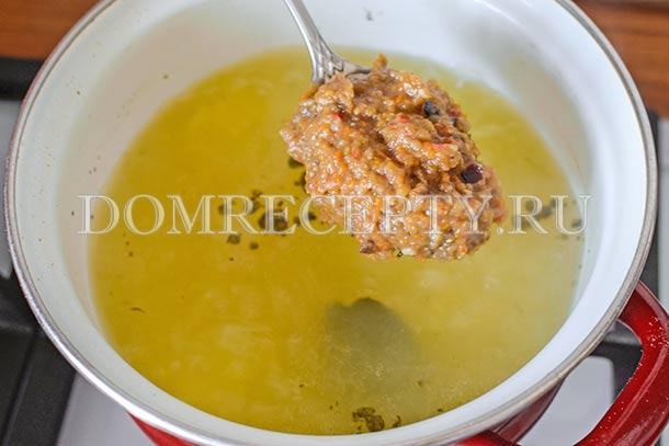 Добавляем измельченные овощи в суп