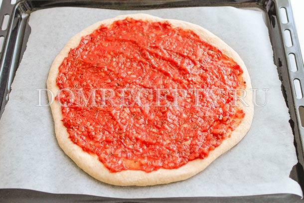 Смазываем пиццу томатным соусом