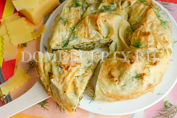 Пирог «Улитка» из лаваша с сыром, приготовленный в духовке
