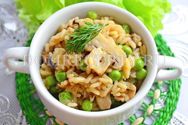Рис с грибами, приготовленный на сковороде