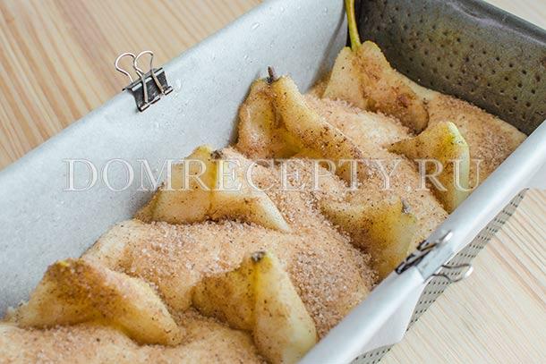 Погружаем груши в тесто, посыпаем смесью сахара с корицей
