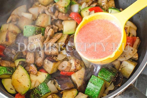 Добавляем томатное пюре к овощам
