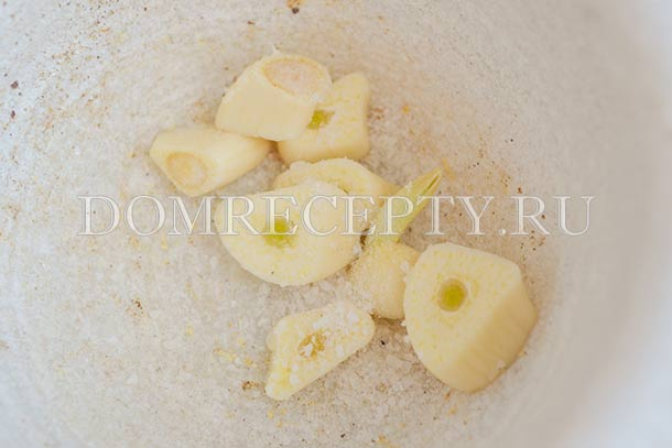 Нарезаем чеснок, добавляем соль