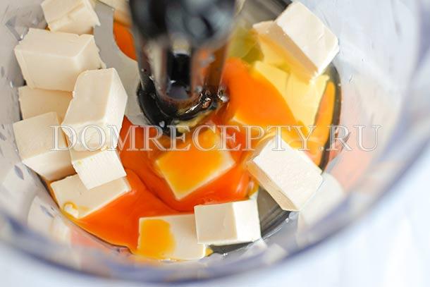 Измельчаем в блендере яйцо и плавленый сыр