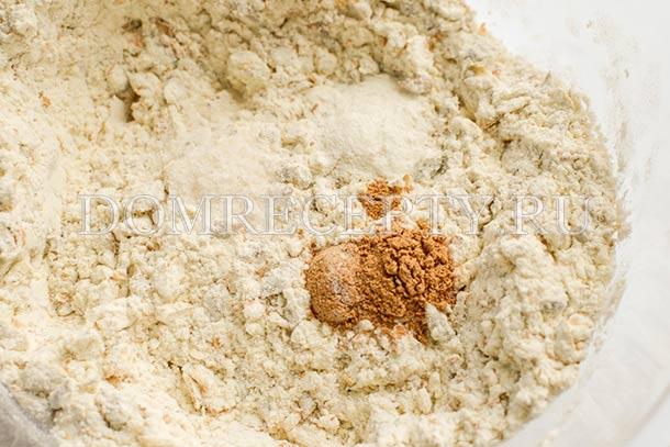 Добавляем соль, корицу и разрыхлитель