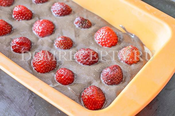 Слегка утапливаем ягоды клубники