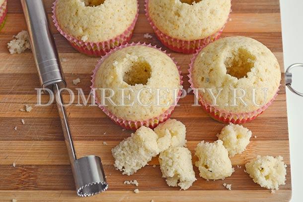 Делаем в готовых кексах углубление под начинку