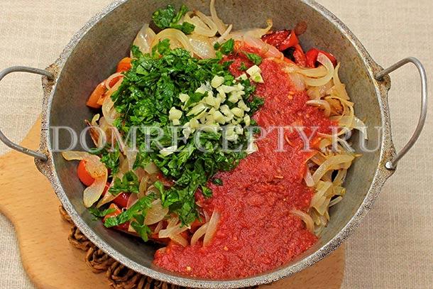Заливаем овощи томатным соусом
