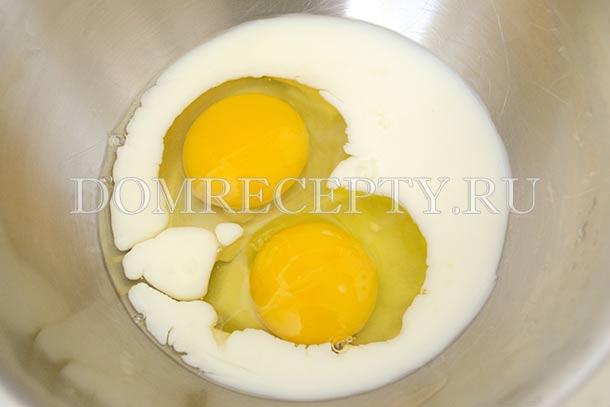 Смешиваем молоко с яйцами