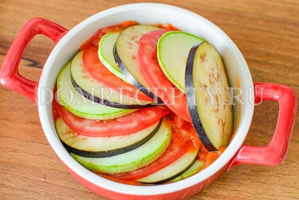Чередуя, укладываем овощи в форму