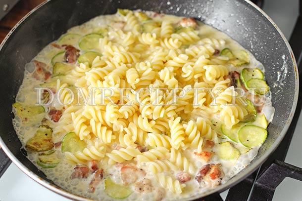 Паста с курицей и грибами в сливочном соусе – кулинарный рецепт
