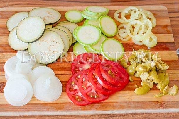 Нарезаем овощи для начинки пиццы