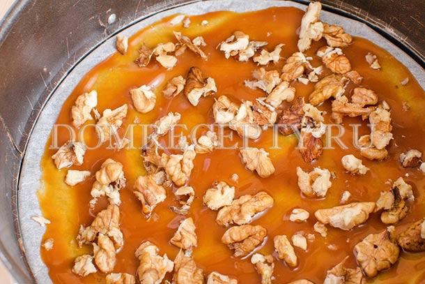 Посыпаем карамель орехами