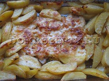 Шаг 9 - Запекаем отбивные из свинины в духовке, помешиваем картофель