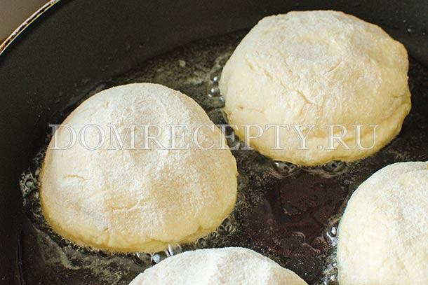 Выкладываем сырники на сковороду с разогретым маслом