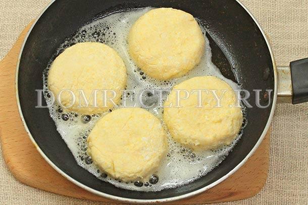 Выкладываем сырники на разогретую сковороду