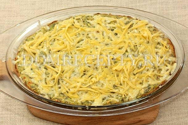 Посыпаем кабачковую запеканку тертым сыром